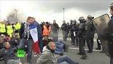 видео 40 сек. Французские моряки заблокировали порт Кале и туннель под Ла-Маншем раздел: Новости, политика добавлено: 24 июня 2015
