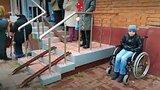 видео 30 сек. Мама с ребенком инвалидом не смогли подняться в отделение Пенсионного фонда раздел: Новости, политика добавлено: 12 октября 2017