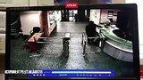 видео 16 сек. Напавший на журналистку проникает в офис Эхо Москвы раздел: Новости, политика добавлено: 24 октября 2017