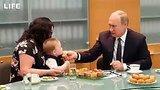 видео 16 сек. Путин угостил малыша кексом раздел: Новости, политика добавлено: 10 июля 2019