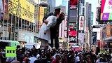 видео 51 сек. Сотни пар в Нью-Йорке повторили знаменитый поцелуй моряка и медсестры в годовщину победы над Японией раздел: Новости, политика добавлено: 15 августа 2015