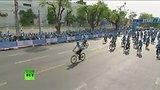 видео 1 мин. 37 сек. Кронпринц Таиланда возглавил массовый велопробег в честь 83-летия королевы Сирикит раздел: Новости, политика добавлено: 16 августа 2015