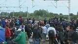 видео 1 мин. 10 сек. В Хорватии беженцы штурмуют поезд до Венгрии раздел: Новости, политика добавлено: 20 сентября 2015